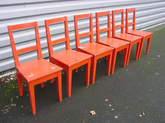 6-chaises-rouges-1.jpg